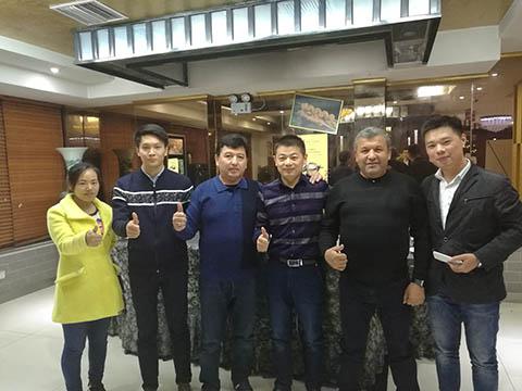 Директор фотографировалась с иностранными клиентами