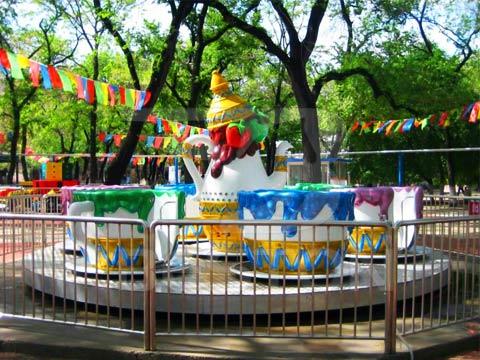 Аттракцион чайная чашка в парке
