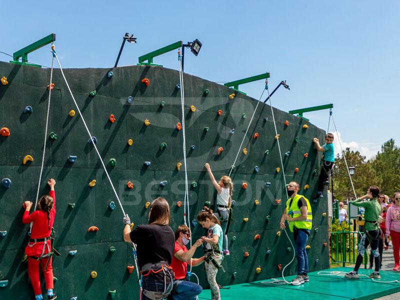 Детская стена для скалолазания